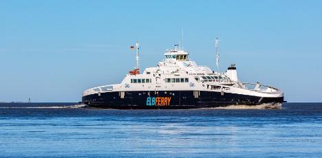 Gas-færge kan laste 30 lastbiler og fragte dem over Elben på en time